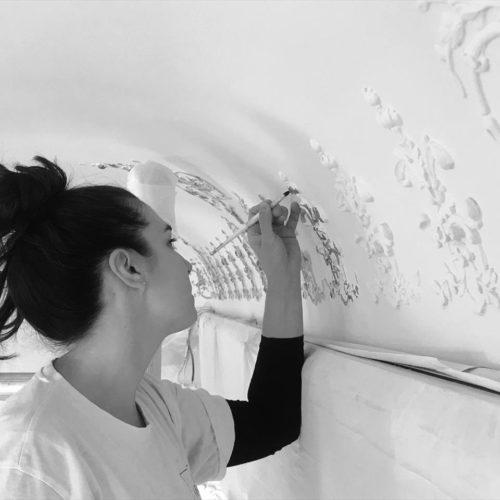 Emilie Gannereau doreuse, formatrice chez Pigeons et hirondelles. Ateliers pour artistes et créateurs