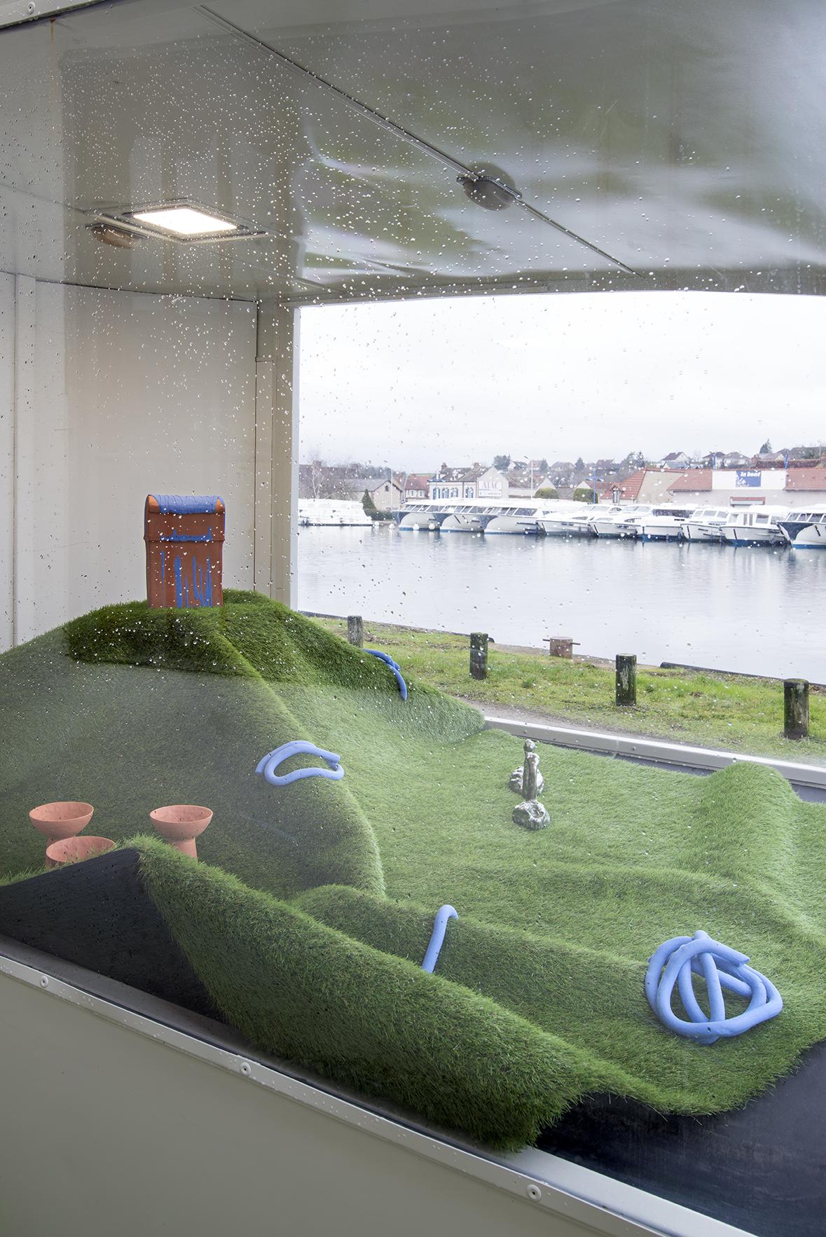 """photo de ©NicolasWaltefaugle Vue de l'exposition """"bellevue"""" lors de la résidence de Cécile Meynier chez Canal Satellite/Art Contemporain"""